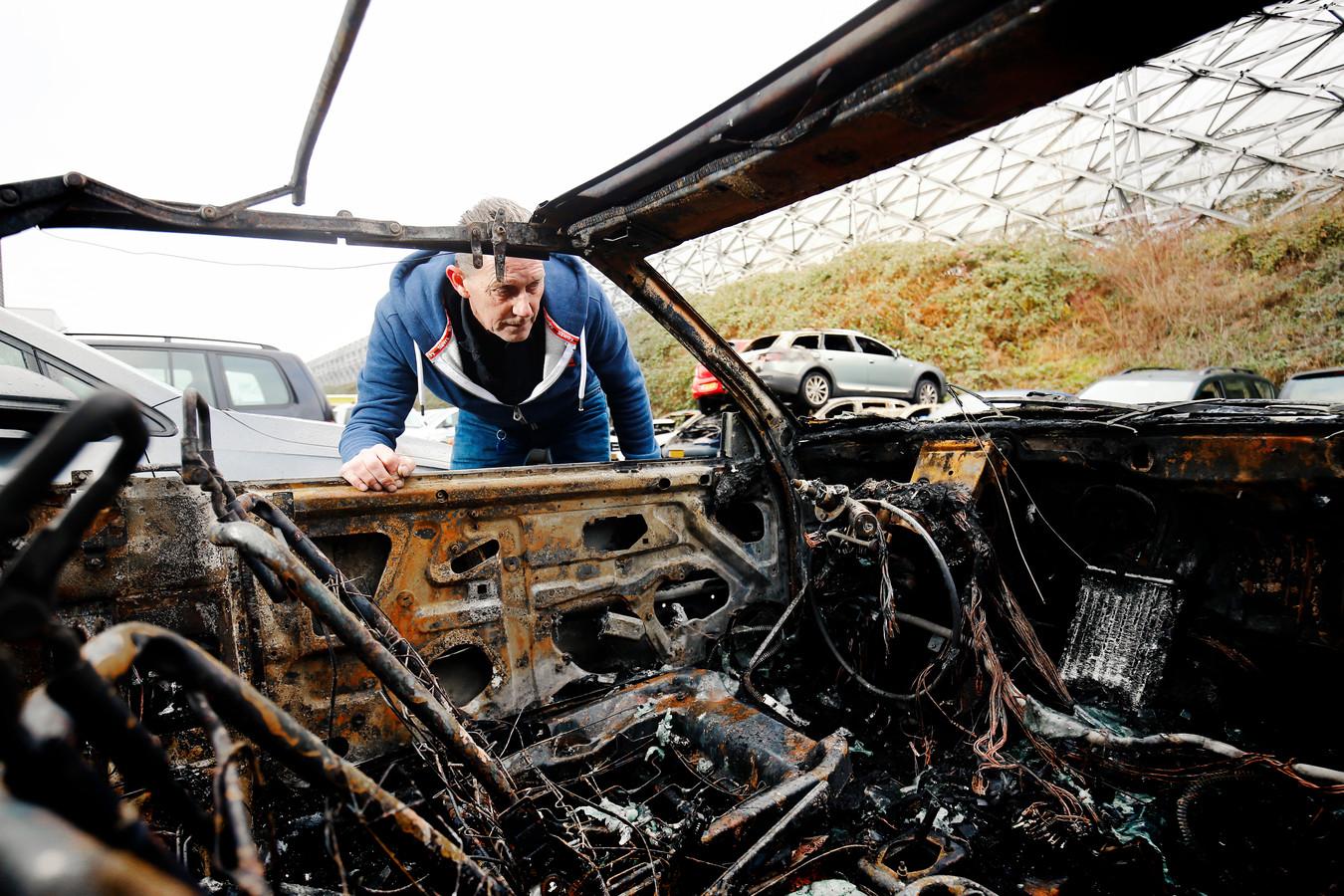 Vincent Ensie,  manager berging bij Collewijn, inspecteert een uitgebrande auto.