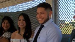Liefde overwint alles: koppel trouwt op grens Mexico en VS