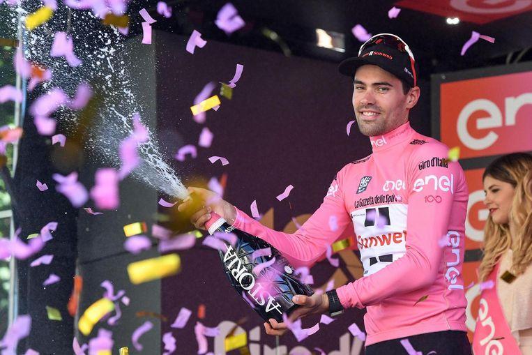 Tom Dumoulin viert de roze trui na de etappe op zondag. Beeld epa