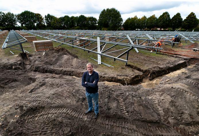 Marc Kluytmans van Vrijopnaam op het zonnepark in aanleg.