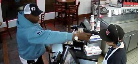 Kassier blijft onwaarschijnlijk kalm ondanks pistool tegen zijn hoofd