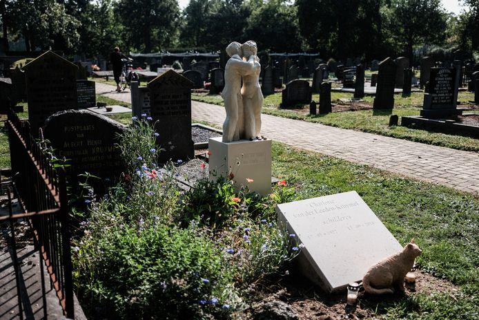 De begraafplaats in Hummelo met het opvallende beeld van kunstenares.