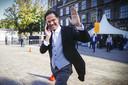 Minister-president Mark Rutte wandelt telefonerend over het Buitenhof op Prinsjesdag.