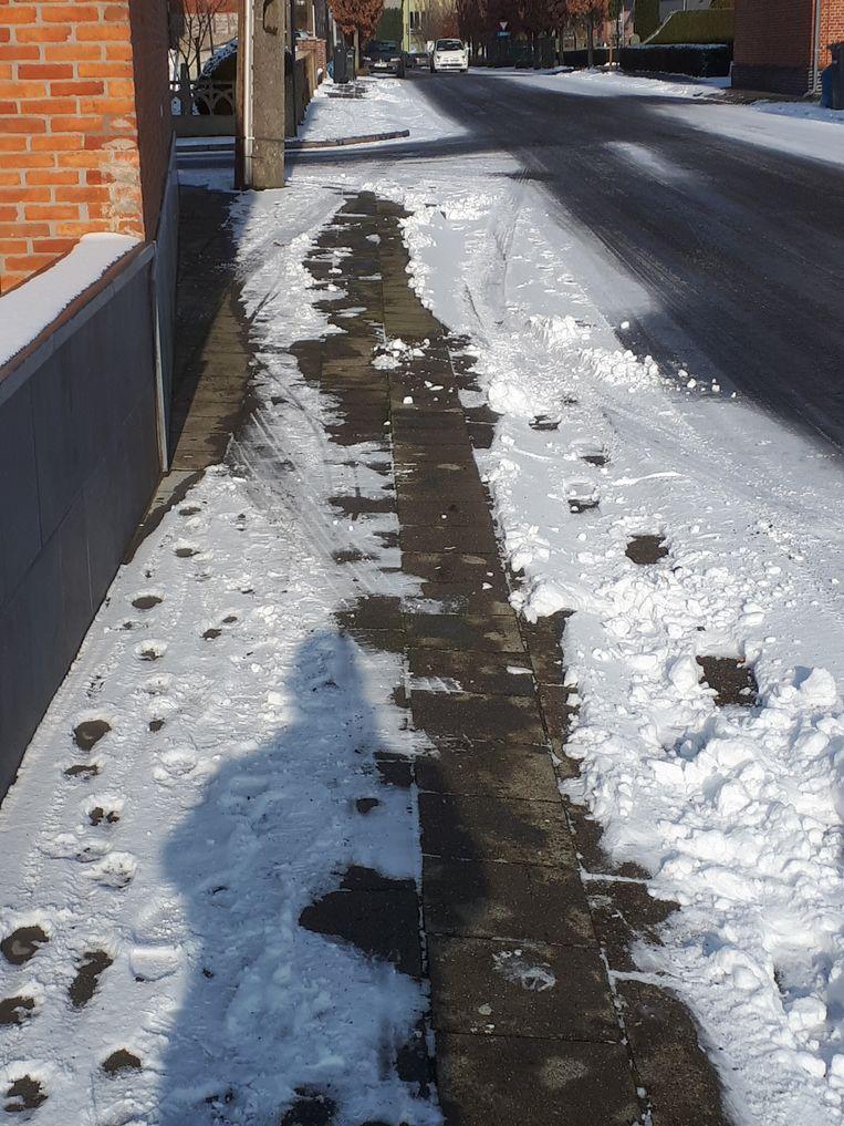 De bandensporen van de wagen in de sneeuw