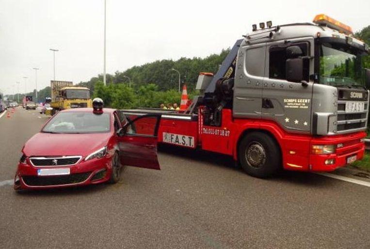 Ook de wagen van de brokkenpiloot moest getakeld worden.