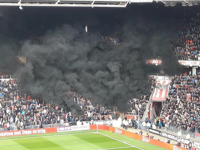 Rookwolken in het Philips Stadion tijdens wedstrijd PSV Ajax op 23 april 2017.
