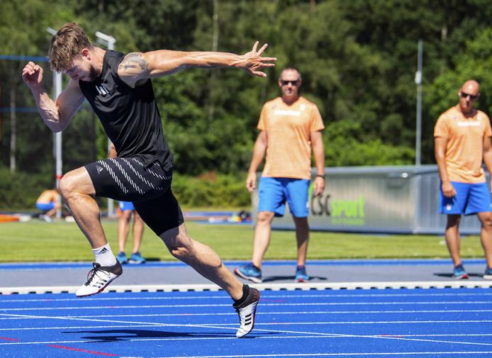 Joris van Gool op atletiekbaan Papendal, tijdens de open estafettetraining van de Nederlandse estafettemannen.