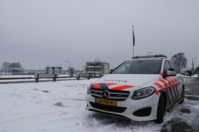 Een matroos werd vermist bij Sambeek, maar werd levend aangetroffen in het Limburgse Well.