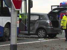 Lijnbus raakt auto in Zuid-Limburg: tien gewonden