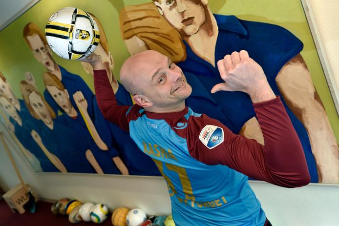 Wethouder Gerrie Elfrink - hier in het Airborne-shirt van Vitesse-aanvoerder Guram Kashia - kan volgens sommige niet zo heel goed voetballen.