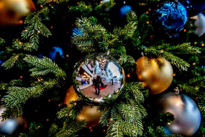rotterdam een - opgetuigde kerstboom  met ballen ROBIN UTRECHT