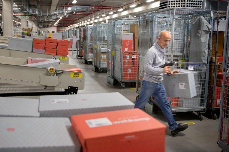 Dit sorteercentrum van Wehkamp is het grootste geautomatiseerde sorteercentrum van Europa. De consument is koopzuchtig en het bedrijfsleven wil volop investeren. Beeld Herman Engbers
