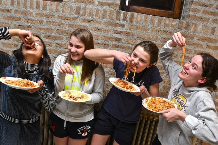 Winnaars Sam Crabbe, Margaux Hamerlinck, Hylke Geerardijn en Merel Van Isacker genieten van hun eigen saus.