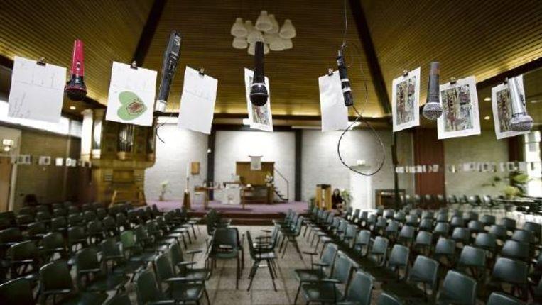 De kerk De Voorhof, waar kunstenares Eline Krottje 147 microfoons aan het plafond heeft opgehangen zodat bezoekers met God kunnen communiceren. (FOTO HERMAN ENGBERS) Beeld