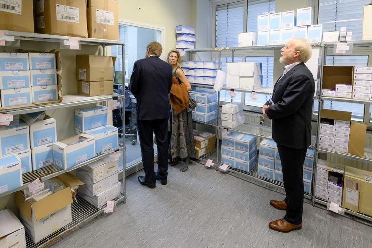 Koning Willem-Alexander en koningin Maxima hebben een gesprek met Jaap van Dissel (R), directeur van het Centrum Infectieziektebestrijding tijdens een werkbezoek aan het Rijksinstituut voor Volksgezondheid en Milieu (RIVM).  Beeld null