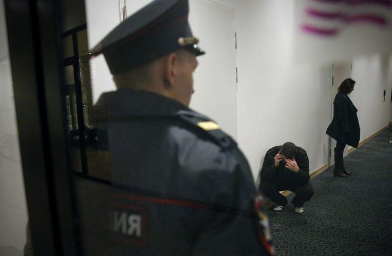 Familieleden van de slachtoffers wachten in een hotel in St. Petersburg op nieuws. Beeld EPA