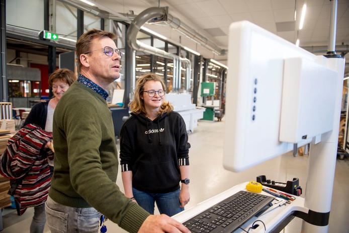 Vera Remmers wil van opleiding veranderen en meubelmaakster worden. Docent Ron Haselbekke  van het ROC van Twente geeft uitleg over de opleiding.