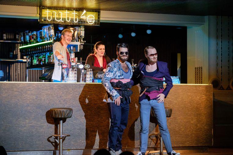 Achter de Tutt(i)e-bar staan Don Alfonso (Jasper Leever) en dienstmeid Despina (Serena Perez). Daarvoor Guglielmo (Tony Butiurca, links) en Ferrando (Stefan Kennedy).  Beeld Jan Hordijk