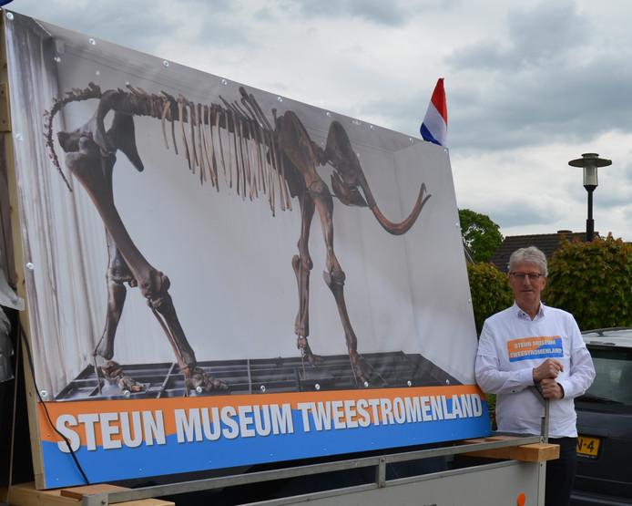 Jaap van der Veen bij de promotiekar met mammoet.