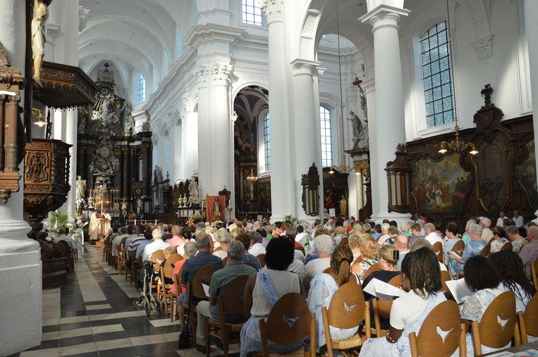 Veel volk in de Abdijkerk voor de afsluiting van het pastoraal werkjaar in aanwezigheid van de pauselijke nuntius.