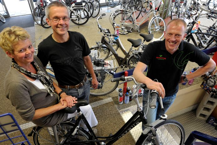 Juni 2011: Harry en José Buyvoets stoppen met hun fietsenzaak. Ze hebben geen opvolger in de familie en verkopen de zaak daarom aan Paul Lucas (rechts).