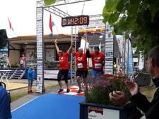 Deelnemers triathlon in Oud Gastel: 'Wij zijn het laatste en het leukste team!'