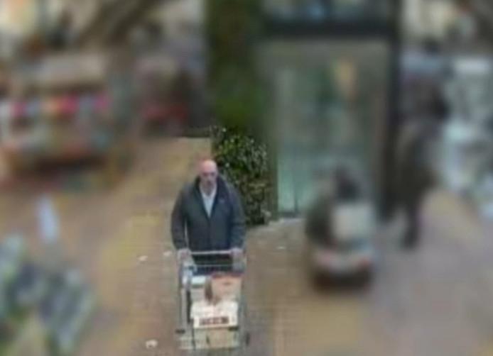 De man verlaat de winkel met een volle kar, maar niet langs de kassa.