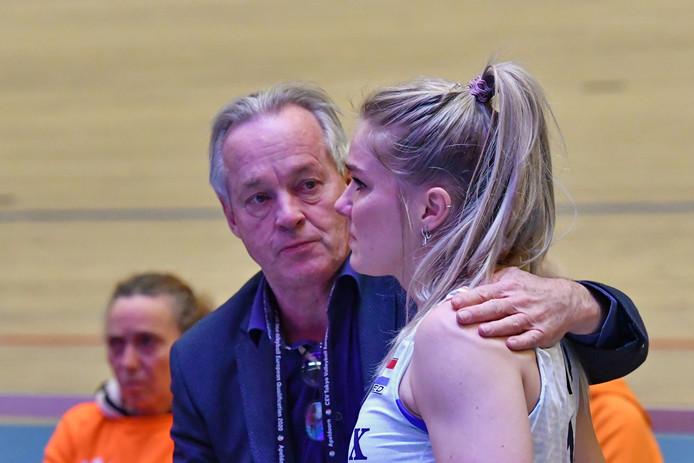 De Apeldoornse Kirsten Knip wordt door Joop Alberda getroost na de nederlaag tegen Duitsland.