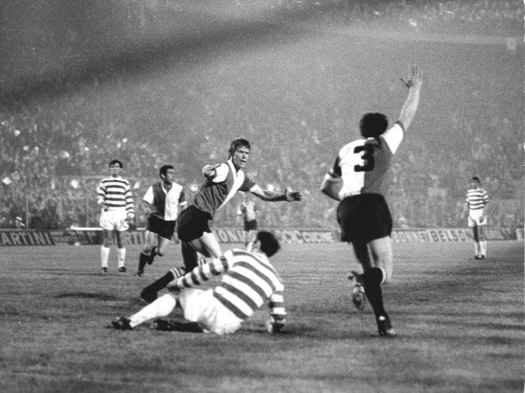 Finale Europacup I. Feyenoord-Celtic (2-1) Rinus Israel scoort hier de gelijkmaker. Uiteindelijk wint Feyenoord door een doelpunt van Ove Kindvall.  Beeld ANP