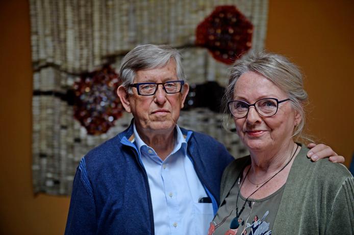 André Flapper, hier met zijn vrouw Mathilde, heeft tijdens zijn revalidatieperiode in Roessingh een kunstwerk gemaakt.