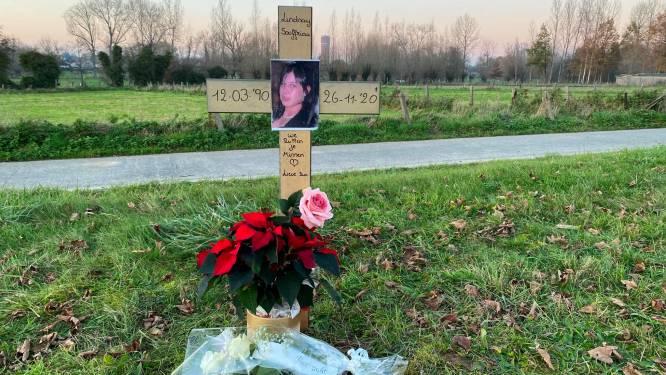 Gedenkkruisje langs Oudenaardsesteenweg voor verongelukte mama (30), onverlichte weg niet de oorzaak van het ongeval