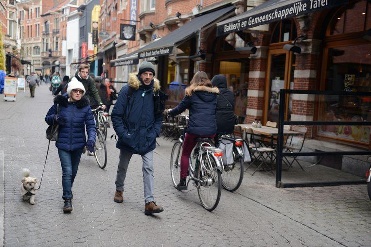 In de Parijsstraat in Leuven komen fietsers en voetgangers alsmaar meer in conflict met elkaar.