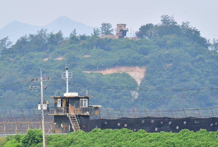 Een militaire wachtpost in Zuid-Korea (onder) en Noord-Korea (boven). Beeld AFP