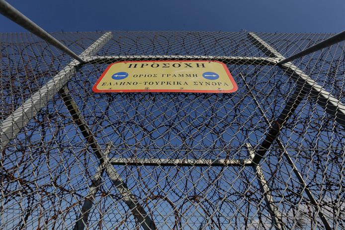 Een bord op een hek van de Turks-Griekse grens nabij Orestiada