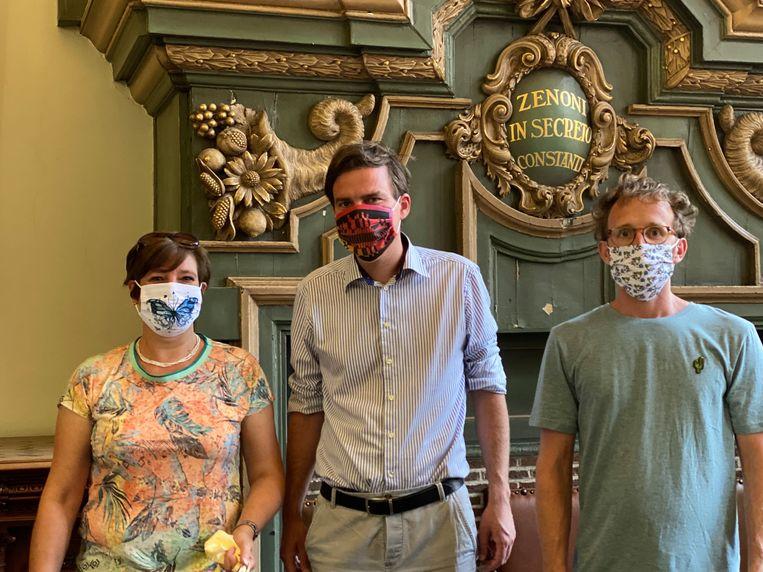 Mathias De Clercq met zijn favoriete ontwerp, en de medewerkers van mondmaskers.gent met het ontwerp van de andere winnaar (links) en van Jonas Geirnaert.
