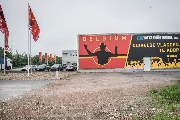 Aan de gevel van vlaggenfabrikant Waelkens prijkt een gigantische Belgium-banner.
