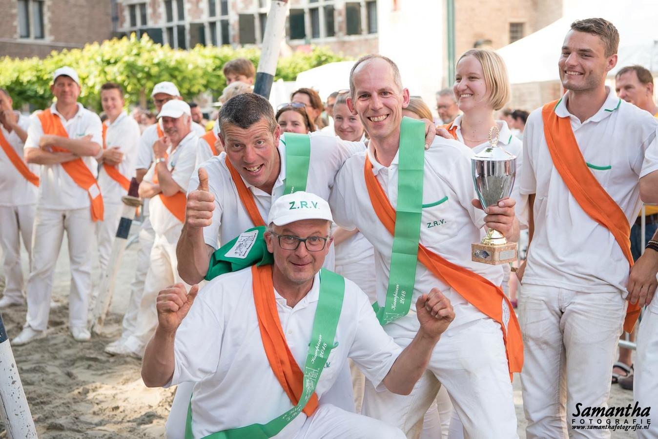 Het team van Koudekere 1 viert de overwinning.