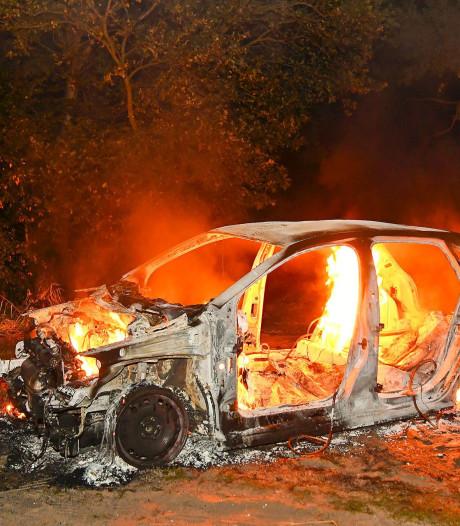Gestripte auto brandt volledig uit in bosgebied Veldhoven
