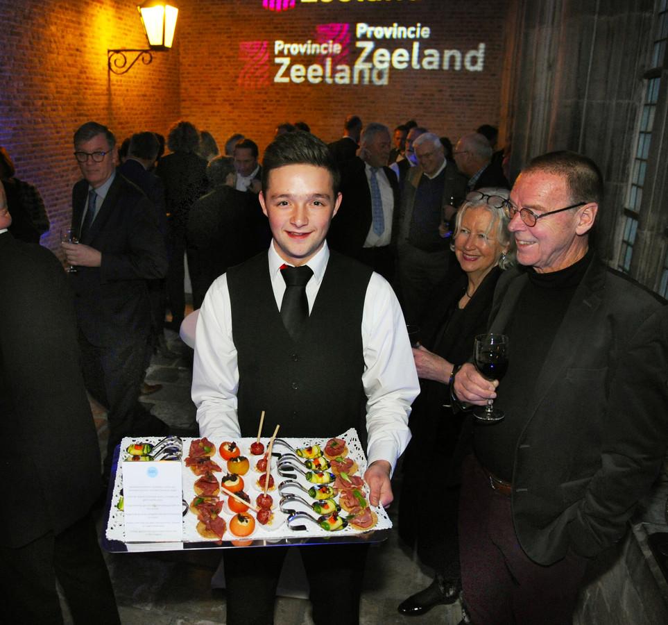 ldm11/01/2019 - Middelburg - nieuwjaarsreceptie - Wouter van Hooijdonk van SEC Catering serveert gezonde hapjes