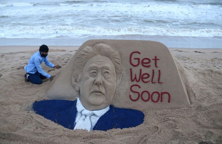 Een Indiase zandkunstenaar wenste de Japanse premier zaterdag beterschap. Beeld EPA