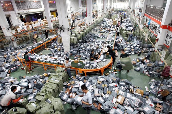 Drukte in Chinese sorteercentra voor Singles Day op 11 november. Deze dag is voor de e-commerce een van de drukste dagen van het jaar. In Nederland is het Aziatische fenomeen nog relatief onbekend, maar sinds vorig jaar storten webbedrijven zich ook op Singles Day. Die dag bieden ze hoge kortingen op hun producten.