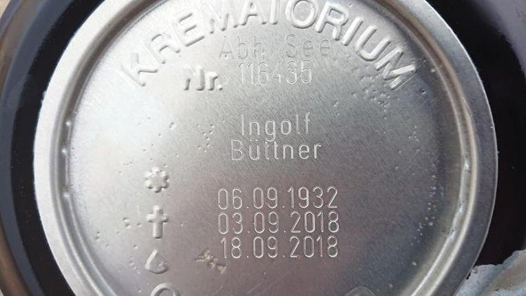 De door Arno Arkesteijn in Katwijk gevonden urn, met daarop de informatie van de overledene.