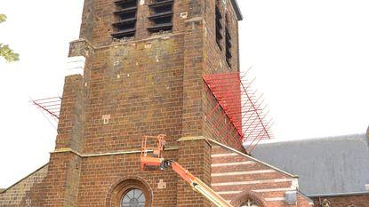 Kerk brokkelt af... Gemeente plaatst opvangbakken