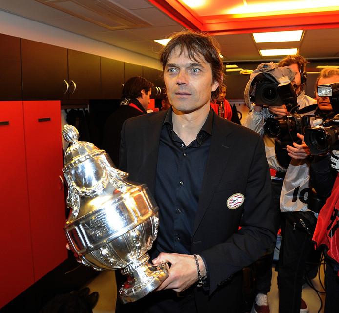 PSV-coach Pillip Cocu met de beker na winst op Heracles Almelo in de bekerfinale in De Kuip.