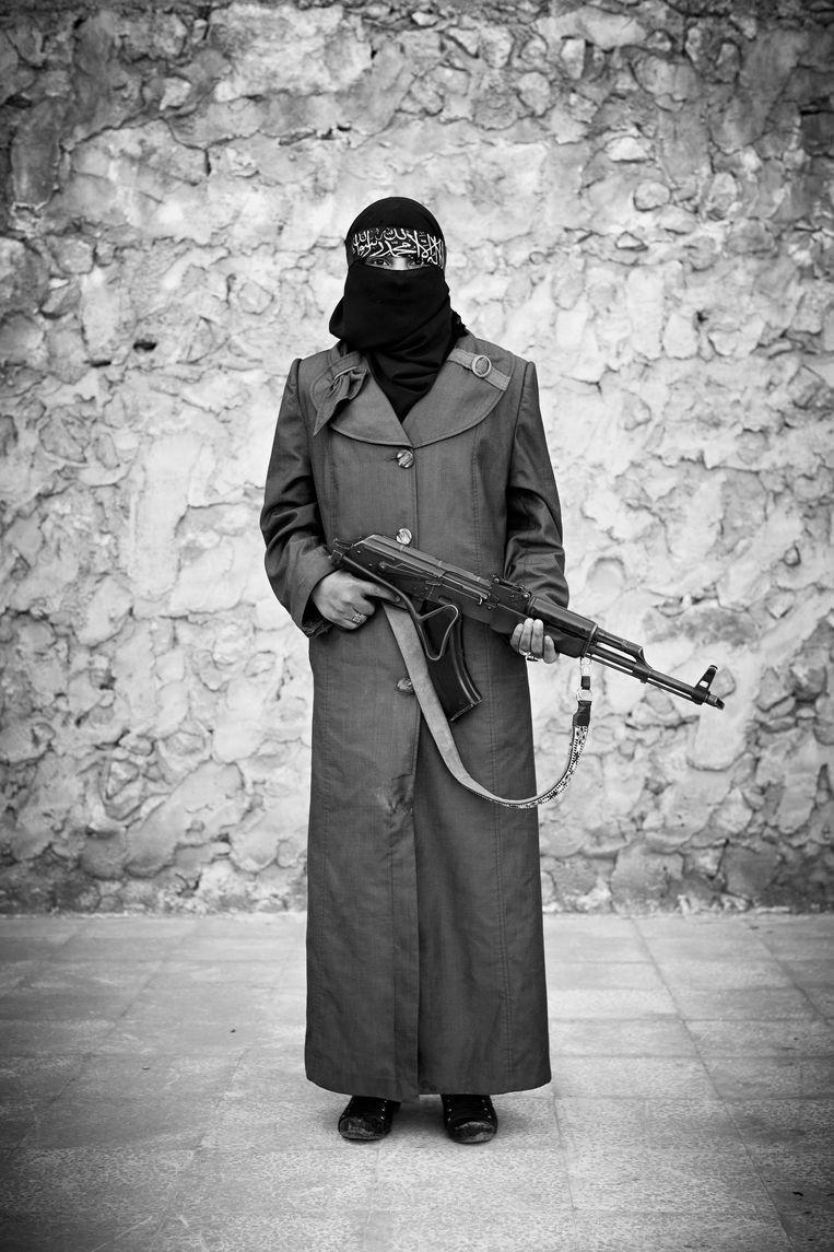 Een strijdster van de Free Syrian Army. Beeld Foto: Sebastiano Tomada