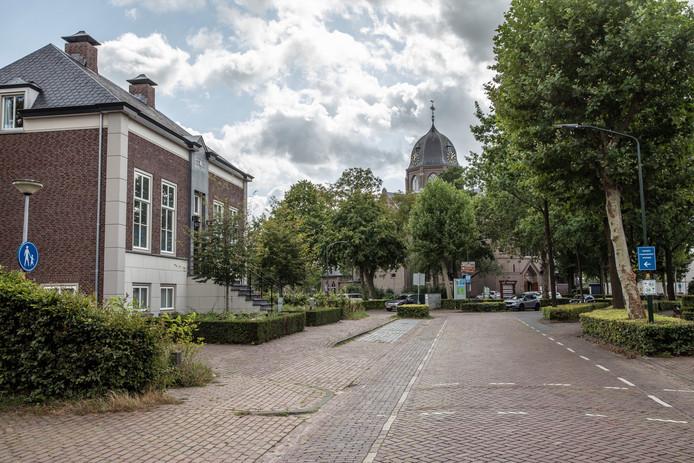 De Hoofdstraat in Hoogeloon nu, met het 'nieuwe raadhuis' .