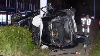 Vrouw in levensgevaar na zware crash: wagen vliegt tegen verlichtingspaal in Zeebrugge