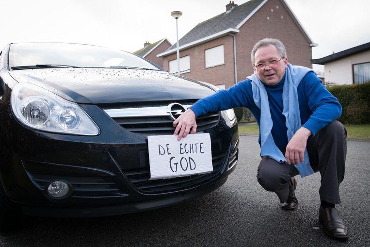 God heeft gevoel voor humor: Billie steekt de draak met de nummerplaat van Tom Herregodts.