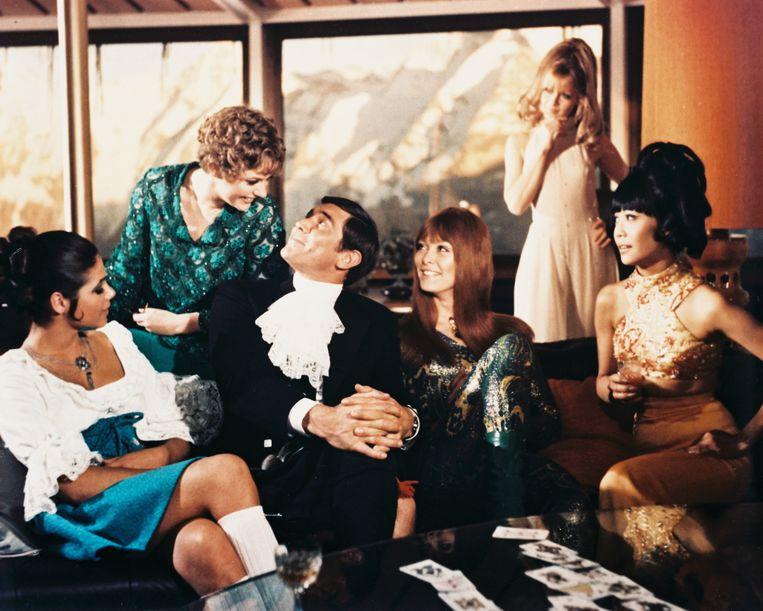 Vanaf links: Ingrid Back, Angela Scoular, George Lazenby, Jenny Hanley, Anouska Hempel en Mona Chong in 'On Her Majesty's Secret Service'.  Beeld Getty Images