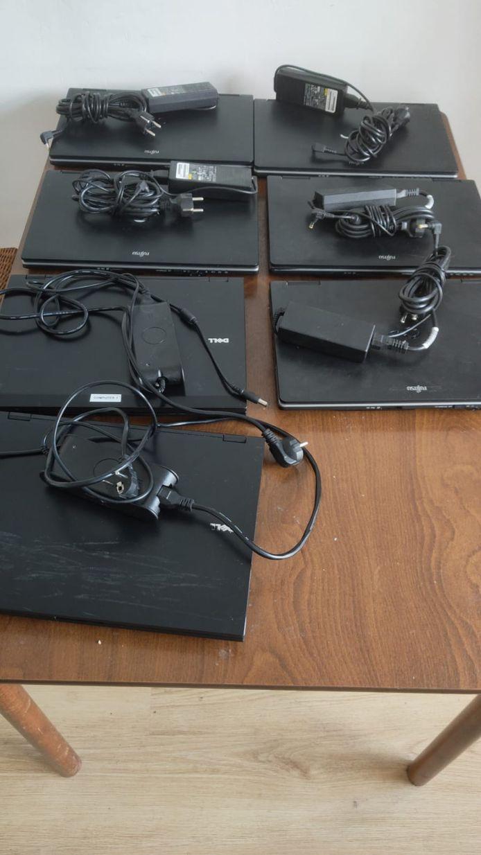 De Rotterdamse docent Erik van Loon kocht tweedehands laptops voor zijn vmbo-leerlingen die thuis geen computer hebben.